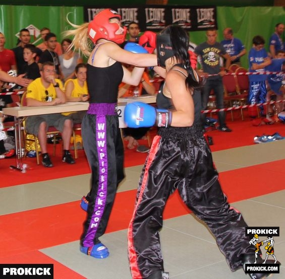 Belfast fighter Amy-lee in punch exchange